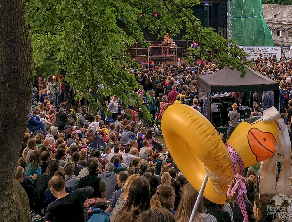 Die Ente ist (genauso wie der Rabe) mittlerweile Dauergast auf dem Open Ohr - hier beim Konzert von Sookee auf dem Drususstein