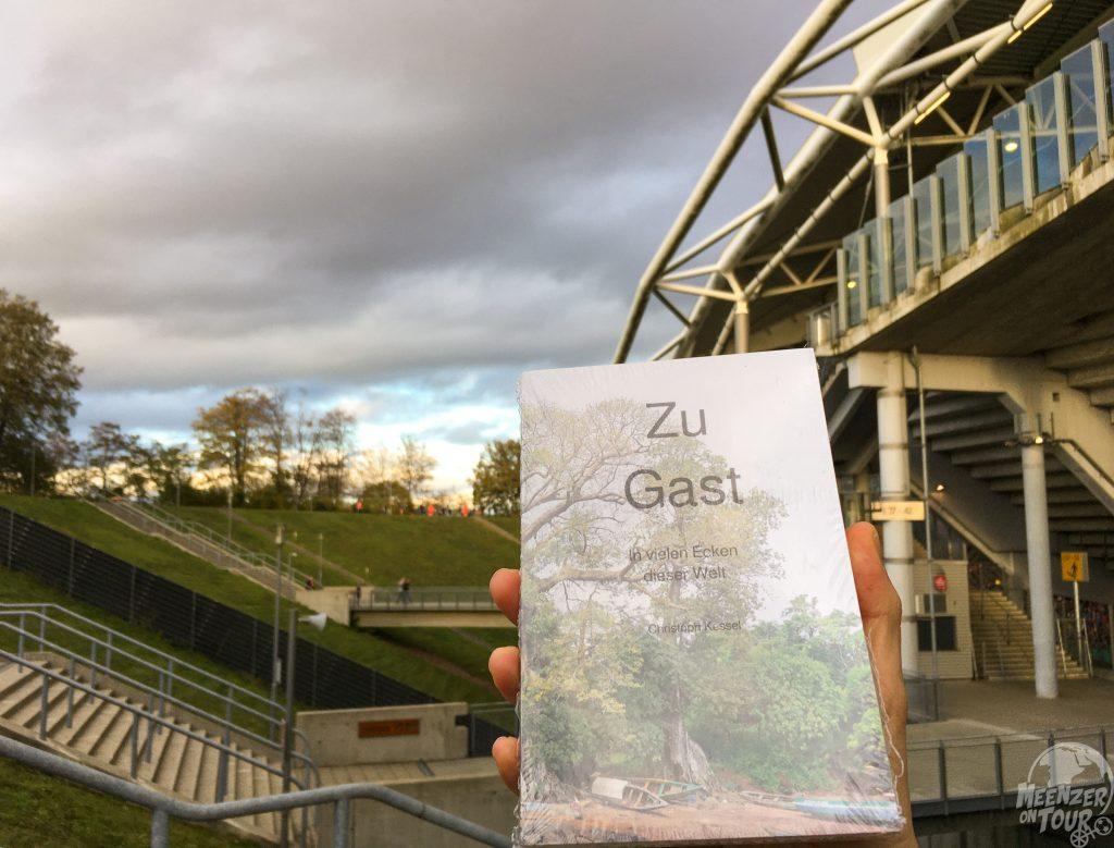 """Das Buch schaffte es ins Zentralstadion - das """"Videobeweis abschaffen"""" Banner leider nicht."""