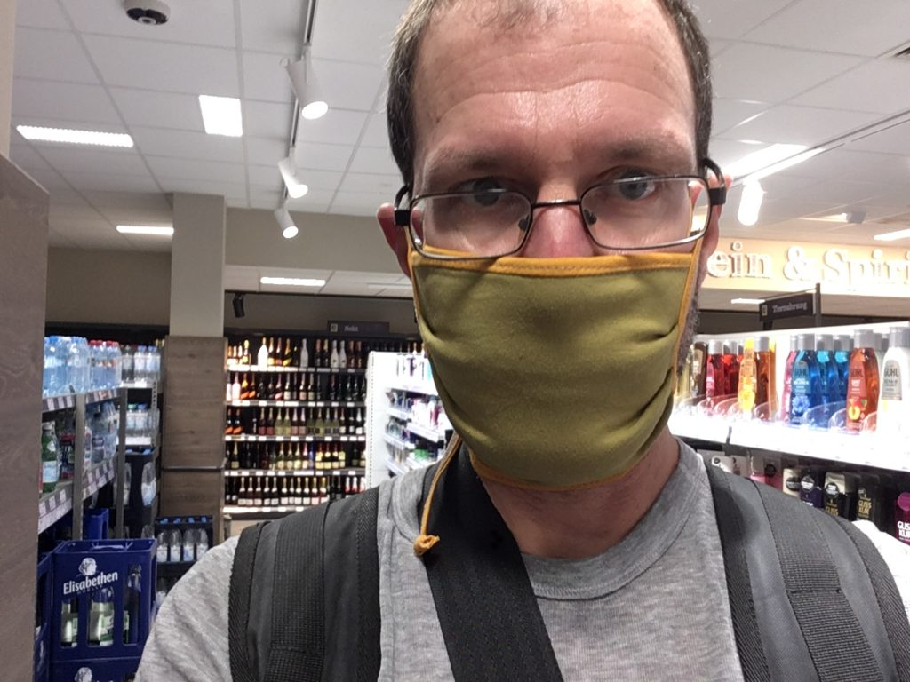 """Nachhaltige """"Community Mask"""" von Bingabonga im Einsatz in einem Mainzer Supermarkt"""