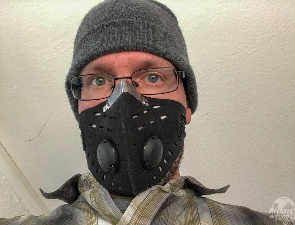 Zum Schutz vor Feinstaub haben wir diese Mund- und Nasenmaske in Indien in Autos ohne Klimaanlage eingesetzt.